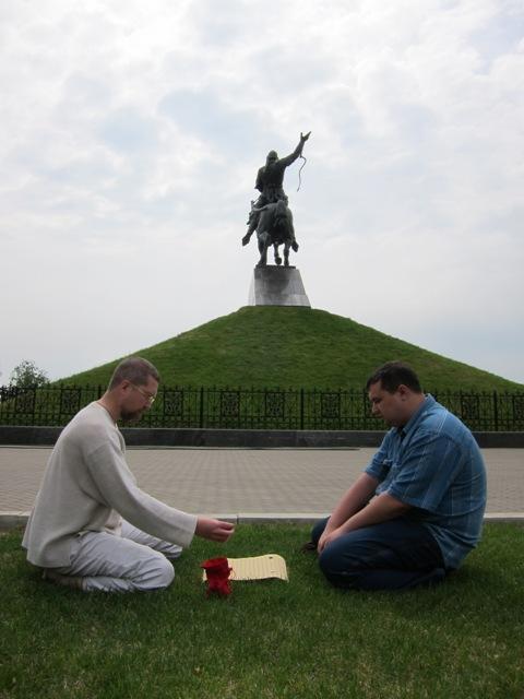 Игорь Гришин играет с руководителем клуба Го в Уфе.
