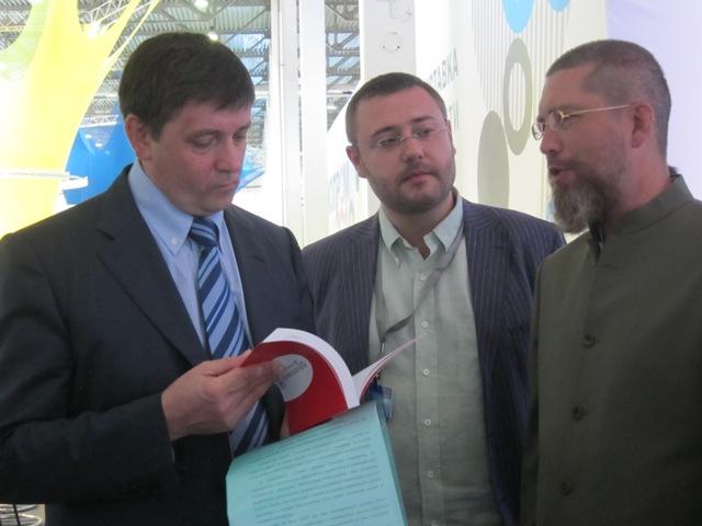 Игорь Гришин передаёт книгу Русский учитель японского Го ректору Уральского Федерального Университета.